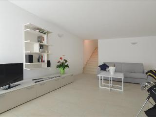 Spacious 2bdr with pool