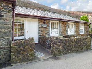 OLDE CARPENTERS COTTAGE, single-storey, WiFi, private patio, fabulous location,