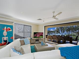 Beach Haven - Beachfront Holiday Home, Buddina
