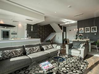 Pure luxury - Marina duplex condo fully renovated, Dubai