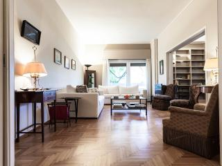 Spacious 2BD Apartment, Hilton. Walk everywhere!, Atenas