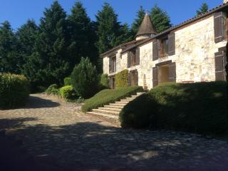 Charente Farmhouse in private grounds, sleeps 8, Chasseneuil-sur-Bonnieure