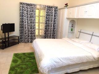 spacious double bedrooms in villa, Dubái