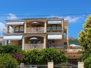 Top-floor 3BD Kastela Apartment, Kastel Stari