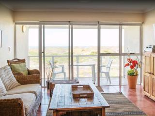 Sunny Luxury Apartment with Ocean & Mountain Views, Muizenberg