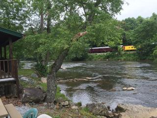 A Relaxing Riverfront Fishing Retreat w/wifi..., Sylva