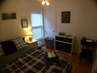 Cozy Private Suite w/ Queen Size Plush Bed, Hamilton