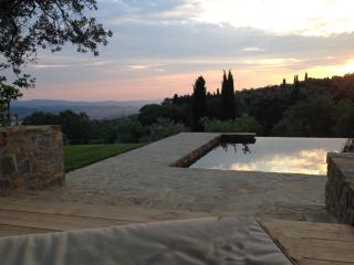 Fabulous 4BR villa w/ magnificent pool and views!, Florencia
