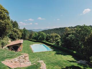 Jardín con piscina y vistas naturales. Casa rural El Munt (Castellterçol, Barcelona).