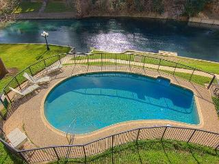 2/2 fabulous condo right on the Comal River!