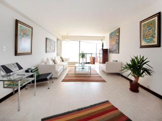 Oceanview Condo in upscale Miraflores, sleeps 6, Lima