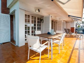 3 min from the beach with parking!, Sitges