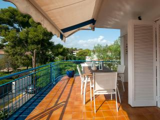 3 min from the beach with parking!