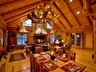 Rustic 4BR Highland Log Home w/Loft & Hot Tub - Perfect for Weddings, Graduations, & Missionary homecomings!