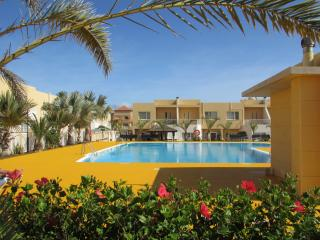 Townhouse sleeps 6, UK TV & WIFI, near beach, Caleta de Fuste