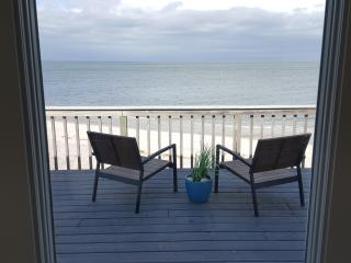 Luxurious, Beachfront, Real Beach House All Year 5 min Wineries Hamptons, Wading River