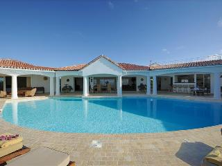 Prestigious 4+1 bedroom villa walking distance from Plum Bay beach., Saint-Martin