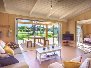 Oneroa HQ - modern, open plan and the perfect location for your Waiheke trip
