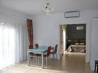 2 bedroom Apartment with Air Con and Walk to Beach & Shops - 5051481