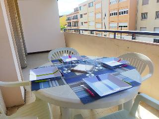 1 bedroom Apartment with WiFi and Walk to Beach & Shops - 5051666