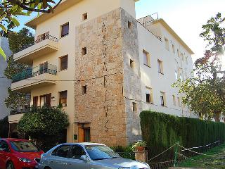 2 bedroom Apartment with WiFi and Walk to Beach & Shops - 5043945