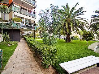 3 bedroom Apartment with WiFi and Walk to Beach & Shops - 5044092