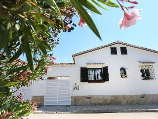 2 bedroom Villa with Air Con and Walk to Beach & Shops - 5044107