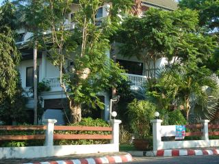 Seaside 4 bed family house 150 m from beach and 50 m swimming pool., Na Chom Thian