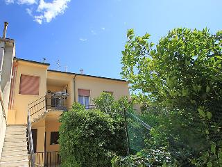 2 bedroom Apartment with Walk to Beach & Shops - 5055158
