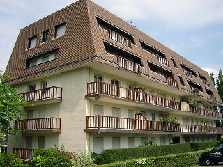 1 bedroom Apartment with WiFi and Walk to Beach & Shops - 5802656