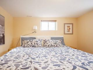 Independent 1 bedroom flat w/parking_Safe area by subway, 24 hrs buses.Sleeps 4