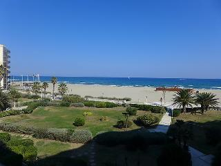 1 bedroom Apartment with WiFi and Walk to Beach & Shops - 5050595