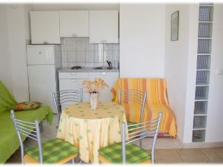 Family friendly Green apartment in a peaceful bay, Vinisce