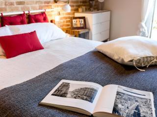 Book Instantly! 1 Bedroom Vintage Suite with Balcony, 2nd Floor, Barcelona