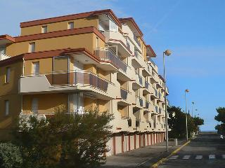 2 bedroom Apartment with WiFi and Walk to Beach & Shops - 5050505