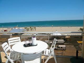 2 bedroom Apartment with WiFi and Walk to Beach & Shops - 5779749