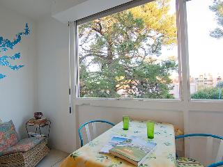 1 bedroom Apartment with WiFi and Walk to Beach & Shops - 5051679