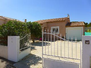 3 bedroom Villa with Air Con, WiFi and Walk to Beach & Shops - 5056008
