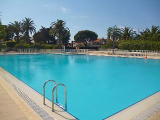 2 bedroom Apartment in Saint Tropez, Cote d Azur, France : ref 2236489