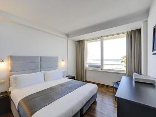 Gorgeous 1 Bedroom Suite with Ocean View Tel Aviv