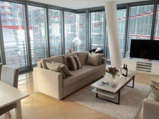 LUXURY!! NEW!! 3 ROOM, 2BEDROOM/2BATH/ in famous Sony Center! 1 min to subway!!, Berlin