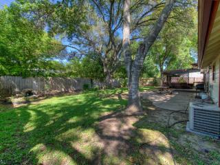 Austin - 4 BR Home with Hot Tub, Fenced Yard