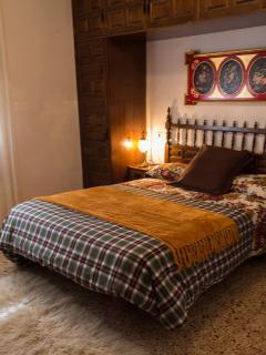 Dormitorio cama de matrimonio.