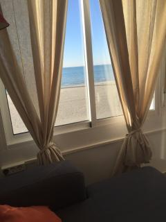Desde la ventana del salón vistas a la playa