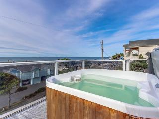 Luxury home w/game room & hot tub overlooking the beach!, Lincoln City