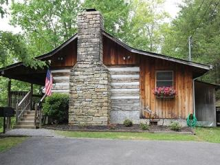HONEYMOON HIDEAWAY - ROMANTIC ANTIQUE LOG CABIN CLOSE TO EVERYTHING!!!