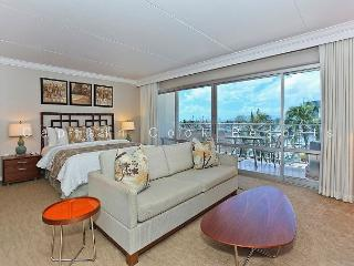 Spacious Ilikai Studio with FREE parking/WiFi and Marina/Ocean Views!, Honolulu