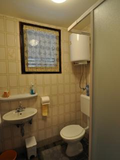 SA1 (2): bathroom with toilet
