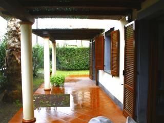 gepflegtes Appartment mit Garten und Terrasse, Marina Di Massa