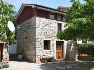 A LITTLE ISTRIAN STONE HOUSE 100 m FROM THE SEA, Zambratija